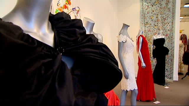 stockvideo's en b-roll-footage met jerry hall to auction wedding dress she wore to marry mick jagger england london sotheby's auction house int good shots auction viewers looking at... - autobiografie