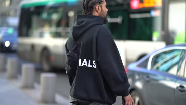 vídeos de stock e filmes b-roll de jerry lorenzo fear of god founder is seen outside off white during paris fashion week menswear fall winter 20182019 on january 17 2018 in paris france - cor creme