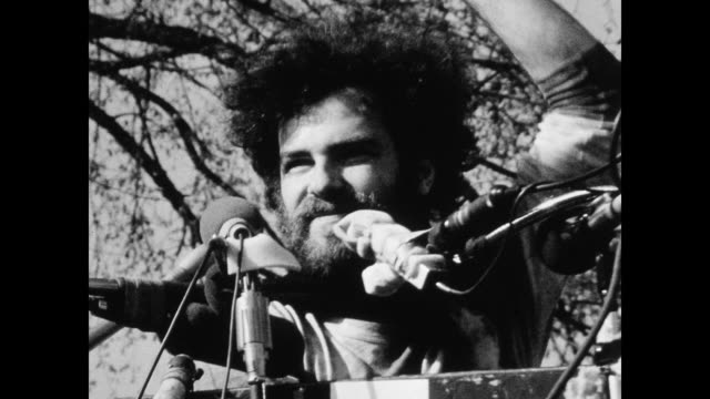 vídeos de stock, filmes e b-roll de jerry rubin leads large crowd in chants of 'free bobby free ericka' during protest on the new haven green the black panthers called on supporters to... - 1 de maio