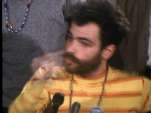 vidéos et rushes de jerry rubin of the chicago 7 speaks in a press conference about the 1968 democratic national convention in chicago. - press conference