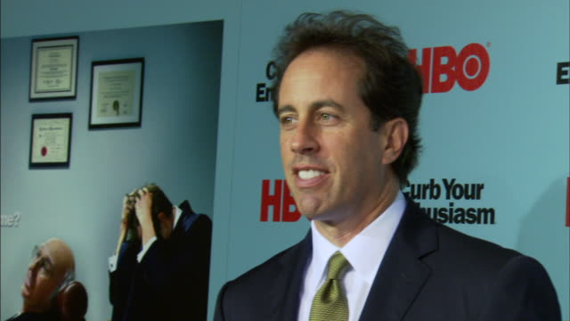 stockvideo's en b-roll-footage met ms jerry seinfeld posing for paparazzi on the red carpet - komiek