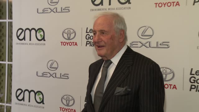 jerry weintraub and arnold schwarzenegger at 2014 environmental media awards presented by toyota lexus at warner bros studios on october 18 2014 in... - environmental media awards点の映像素材/bロール