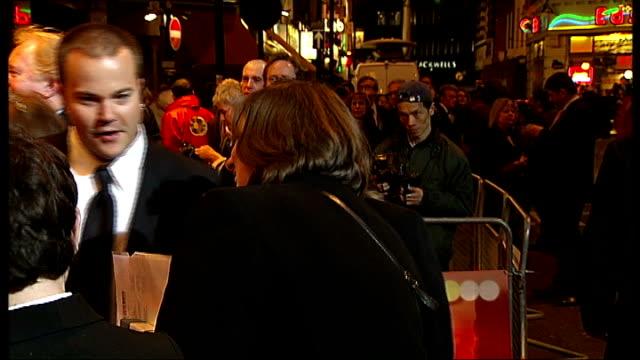 'jersey boys' musical opens in london: celebrity arrivals; england: london: prince edward theatre: ext / night * * beware flash photography * *... - boys beware点の映像素材/bロール