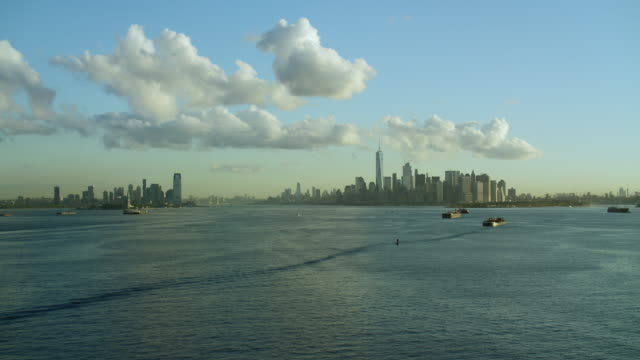 vidéos et rushes de jersey city and lower manhattan from bay - terre en vue