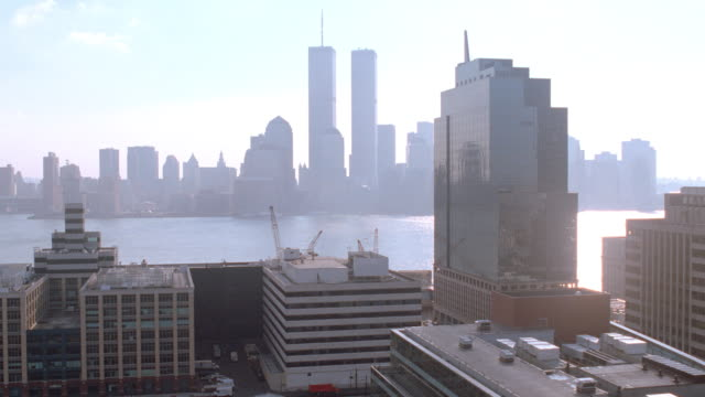 jersey city overlooks the new york city skyline. - ジャージーシティ点の映像素材/bロール