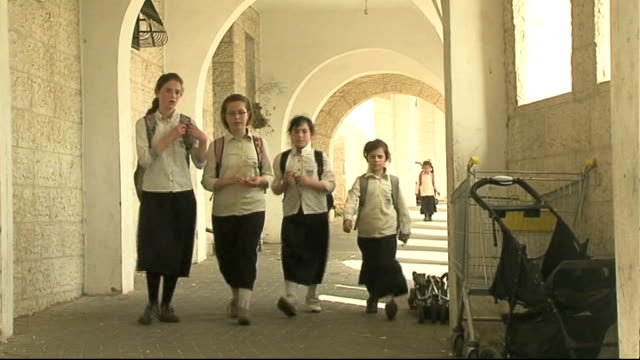 stockvideo's en b-roll-footage met jerusalem ext jewish school children along orthodox jews off bus and along walkway - orthodox jodendom