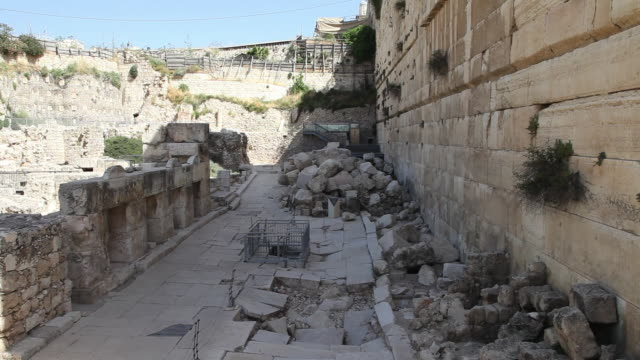 jerusalem, herodian street in the archaeological park - ヴィアドロローサ点の映像素材/bロール