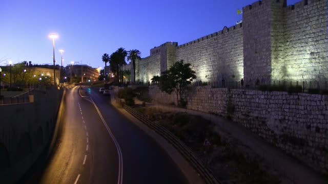 jerusalem, israel 11th october, 2011 - empty motorway surround old city walls in jerusalem at the start of yom kippur holiday on 11 october 2016 /... - ヨムキプール点の映像素材/bロール