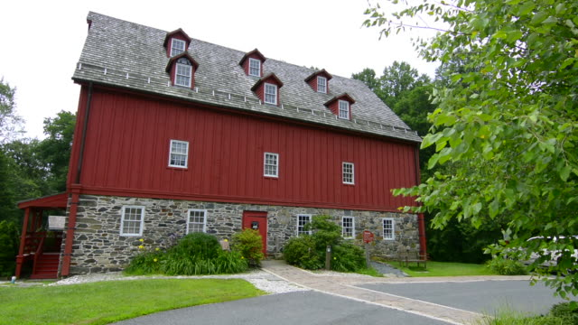 vidéos et rushes de jerusalem mill village maryland old colonial town museum and mill big red historical building - maryland état