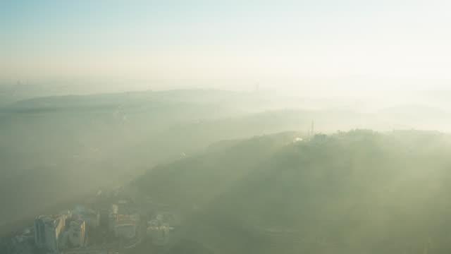vídeos de stock, filmes e b-roll de jerusalem mountains aerial foggy mornning - jerusalém