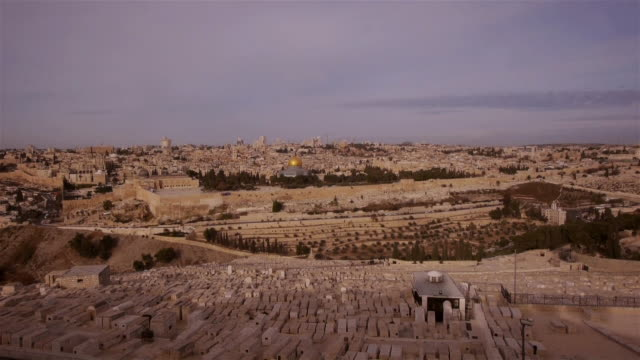 w/s jerusalem old city temple mount seen from mount of olives - dome of the rock - エルサレム点の映像素材/bロール