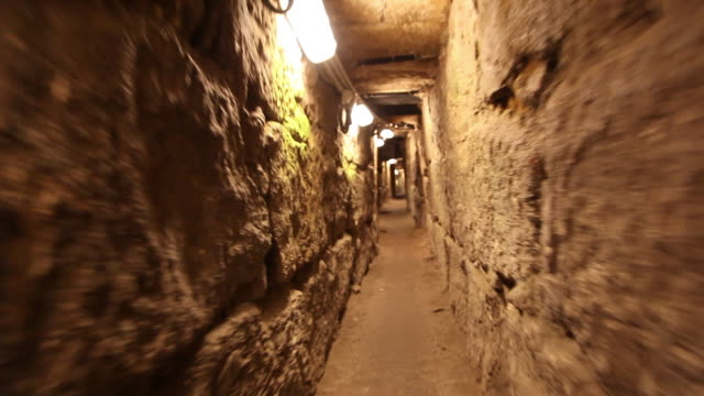 jerusalem, pilgrims tunnel from shiloah pool to the temple mount - ヴィアドロローサ点の映像素材/bロール
