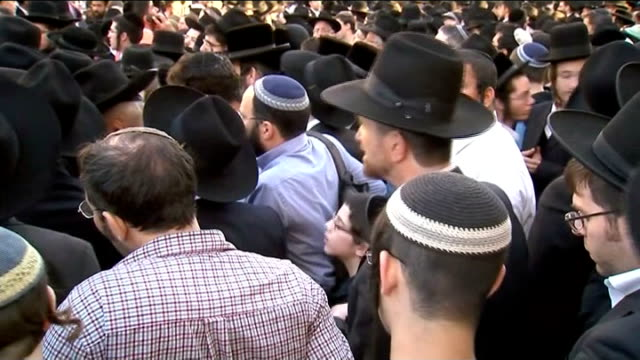 stockvideo's en b-roll-footage met five people killed israel jerusalem ext jewish men gathered for funeral prayers orthodox jewish man mourning pan covered body of rabbi killed in... - orthodox jodendom