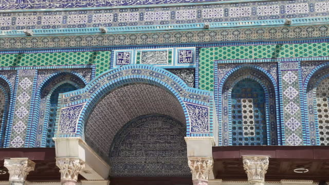 jerusalem, tempel mount (har habayit), al-aqsa mosque with the dome  of the rock, decorated tiles - ヴィアドロローサ点の映像素材/bロール