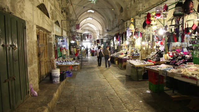 jerusalem, the market in the muslim quarter - ヴィアドロローサ点の映像素材/bロール