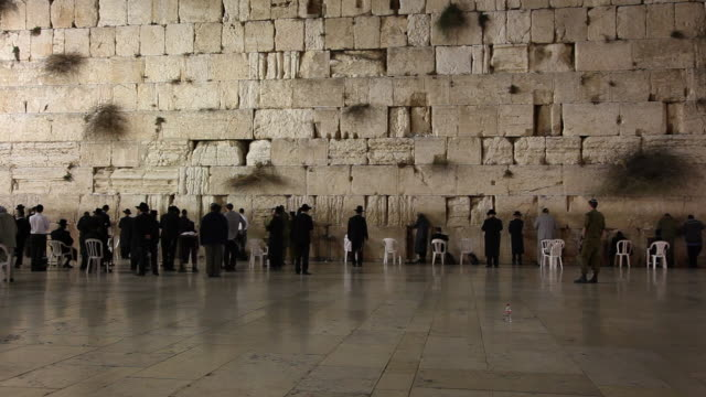 jerusalem, the western wall (kotel), at the foot of the western side of the temple mount - ヴィアドロローサ点の映像素材/bロール