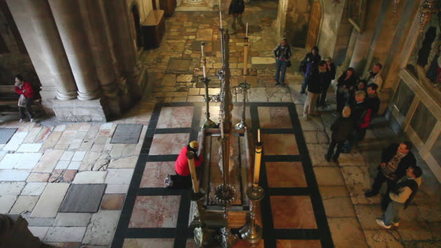 jerusalem, via dolorosa (jesus way of sorrows), 13th station of the cross, the stone of anointing in the church of the holy sepulcher - ヴィアドロローサ点の映像素材/bロール
