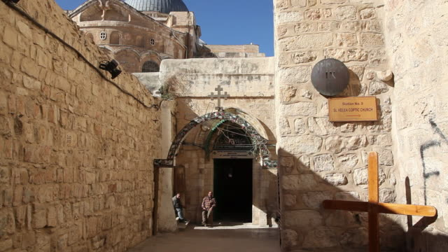 jerusalem, via dolorosa (jesus way of sorrows), 9th station of the cross, in the church of the holy sepulcher - ヴィアドロローサ点の映像素材/bロール
