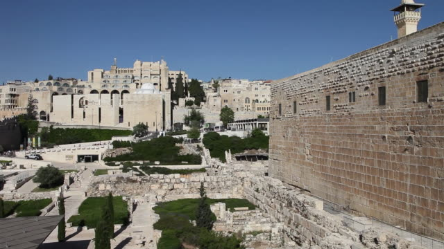 jerusalem, view of the archaeological park with the southern wall of the temple mount - ヴィアドロローサ点の映像素材/bロール