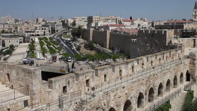 jerusalem, view of the city with the ottoman walls - ヴィアドロローサ点の映像素材/bロール