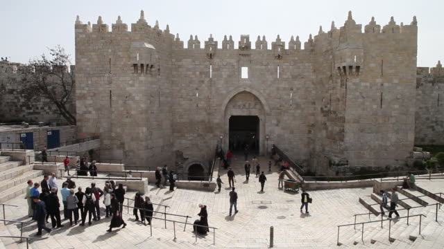 jerusalem, view of the damascus gate in the old city of jerusalem - ヴィアドロローサ点の映像素材/bロール