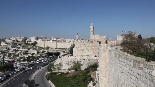 jerusalem, view of the ottoman walls and the tower of david in the background - ヴィアドロローサ点の映像素材/bロール