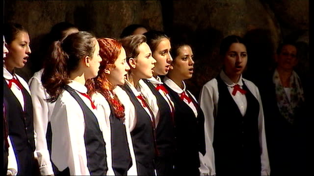 jerusalem yad vashem holocaust memorial museum photography *** girls' choir singing sot gordon brown mp and sarah brown standing listening to choir... - konzentrationslager stock-videos und b-roll-filmmaterial