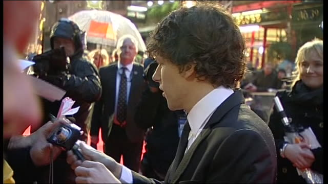 vídeos y material grabado en eventos de stock de jesse eisenberg signs autographs on the red carpet at the british academy film awards 2011 - autografiar