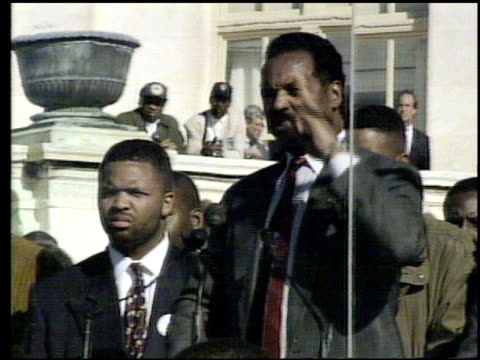 / jesse jackson speaking to crowds at million man march / crowd shots and reactions jesse jackson giving speech at million man march on october 16... - 1995 bildbanksvideor och videomaterial från bakom kulisserna