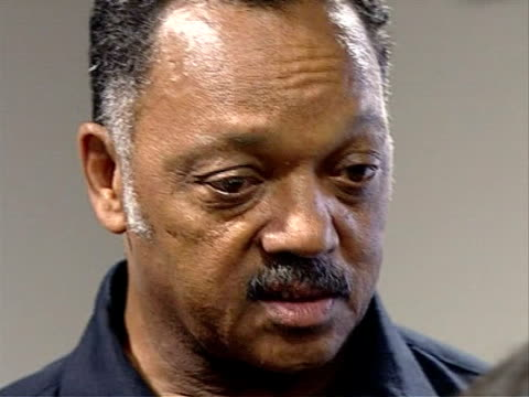 vidéos et rushes de jesse jackson visits liverpool jackson interview sot [on the murder of schoolboy rhys jones] somebody knows who the killer or killers are and those... - turning on or off