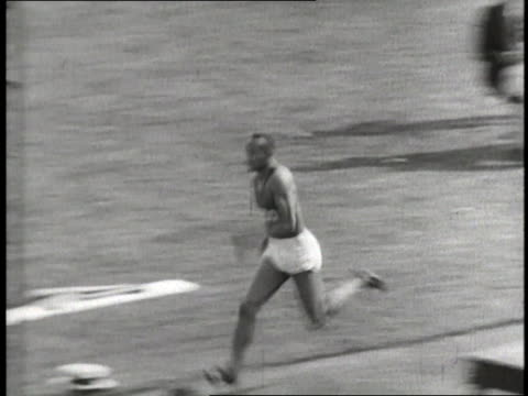 jesse owens sets a world record for distance in the long jump - salto in lungo video stock e b–roll
