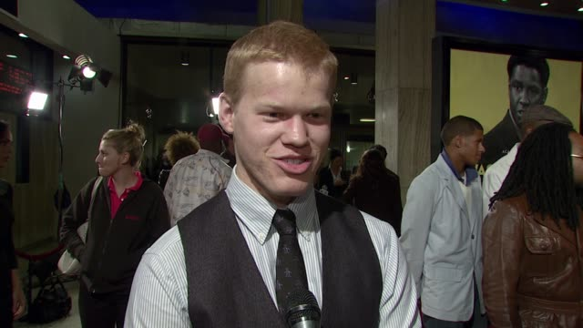 vídeos de stock, filmes e b-roll de jesse plemons on the event supporting nate parker and his unique penguin tie at the 'the great debaters' premiere at the cinerama dome at arclight... - cinemas arclight hollywood