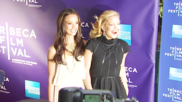 vídeos de stock e filmes b-roll de jessica alba and kate hudson at the premiere of 'the killer inside me' - 9th annual tribeca film festival at new york ny. - vestido preto