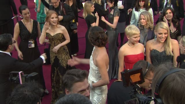 vídeos de stock, filmes e b-roll de jessica chastain milla jovovich michelle williams busy philipps at 84th annual academy awards arrivals on 2/26/12 in hollywood ca - michelle williams