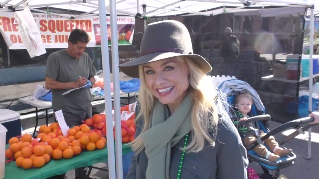 stockvideo's en b-roll-footage met interview jessica collins talks about the college bribery scandal while shopping at farmer's market in studio city in celebrity sightings in los... - omkoping