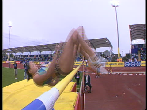 jessica ennis clears the bar successfully in the women's high jump at the norwich union world trials - lanci e salti femminile video stock e b–roll