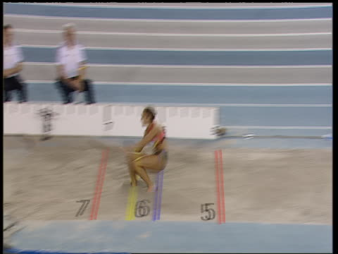 jessica ennis jumps as a guest in the women's long jump at the norwich union indoor athletics championships - salto in lungo video stock e b–roll