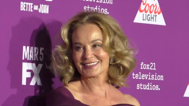 "vidéos et rushes de jessica lange at the premiere of fx network's ""feud: bette and joan"" at tcl chinese theatre on march 01, 2017 in hollywood, california. - tcl chinese theatre"