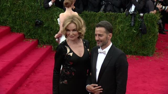 "jessica lange, marc jacobs at ""charles james: beyond fashion"" costume institute gala - arrivals at the metropolitan museum on may 05, 2014 in new... - デザイナー マーク・ジェイコブス点の映像素材/bロール"