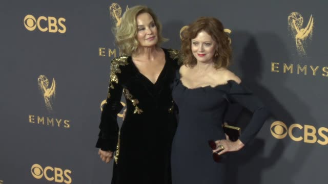 jessica lange, susan sarandon at 69th annual primetime emmy awards in los angeles, ca 9/17/17 - annual primetime emmy awards stock-videos und b-roll-filmmaterial