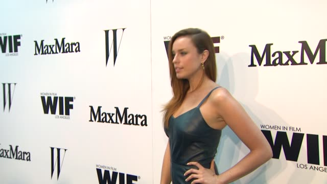 vídeos de stock e filmes b-roll de jessica mcnamee at the max mara and w magazine cocktail party to honor the women in film max mara face of the future award recipient, rose byrne at... - rose byrne