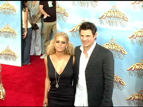 jessica simpson and nick lachey at the 2005 mtv movie awards arrivals at the shrine auditorium in los angeles california on june 4 2005 - nick lachey stock videos & royalty-free footage