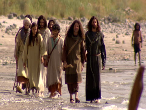stockvideo's en b-roll-footage met jesus and his disciples walk along the shore by the sea of galilee. - mid volwassen mannen