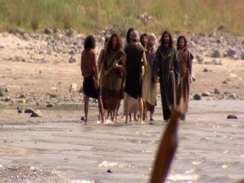 stockvideo's en b-roll-footage met jesus and his disciples walk along the shore of the sea of galilee. - mid volwassen mannen