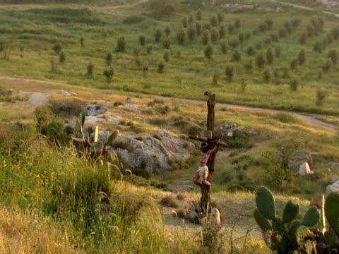 vídeos de stock, filmes e b-roll de jesus christ nailed to the cross - cruz objeto religioso