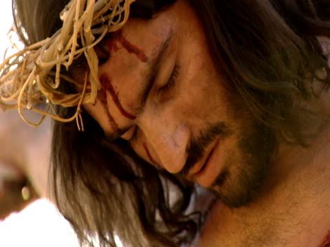 vídeos de stock, filmes e b-roll de jesus christ speaks and opens his eyes while nailed to the cross - cruz objeto religioso