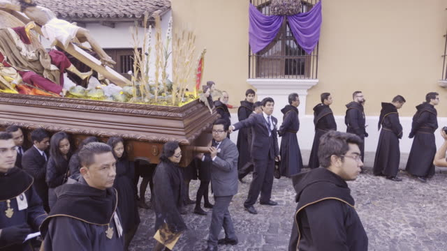 jesus christ statue carried by people dressed in black costume. catholic parade at antigua guatemala during lent easter celebration. - 四旬節点の映像素材/bロール