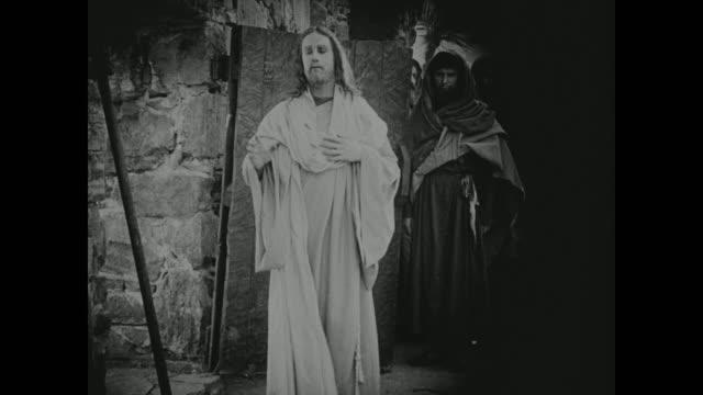 vídeos de stock e filmes b-roll de jesus is watched by his followers - cristo redentor