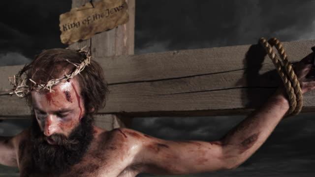 jesus am kreuz - kreuz religiöser gegenstand stock-videos und b-roll-filmmaterial