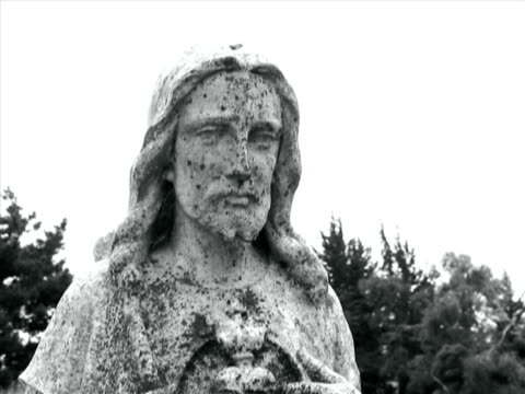 jesus-statue in friedhof - katholizismus stock-videos und b-roll-filmmaterial